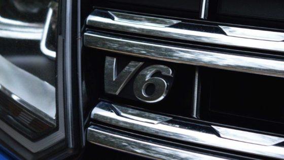 Stoer detail: het V6-embleem in de grille van de Volkswagen Amarok