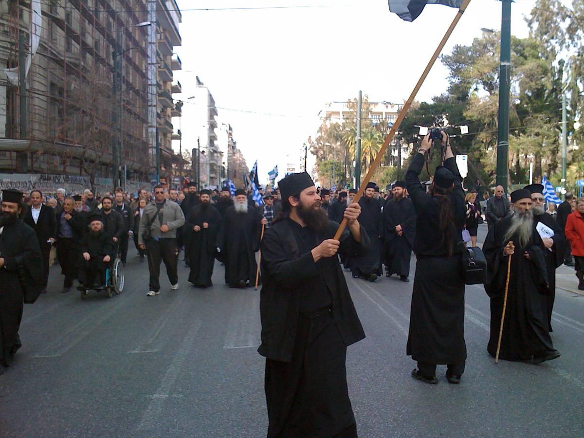монахи на митинге в Греции