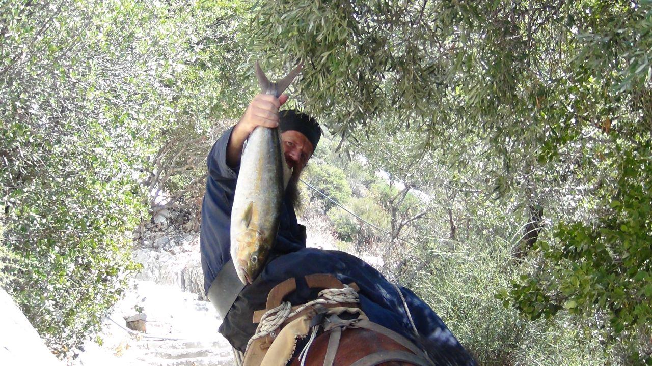 патер Афанасиос возвращается с рыбалки