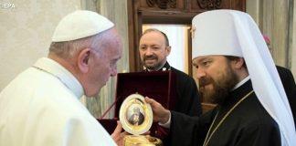 Алфеев дарит икону Папе Римскому