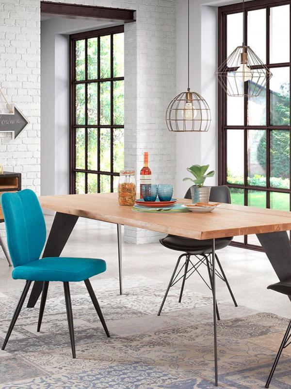 Chaises Nati bleues et chaises Ralf noires Salle à Manger