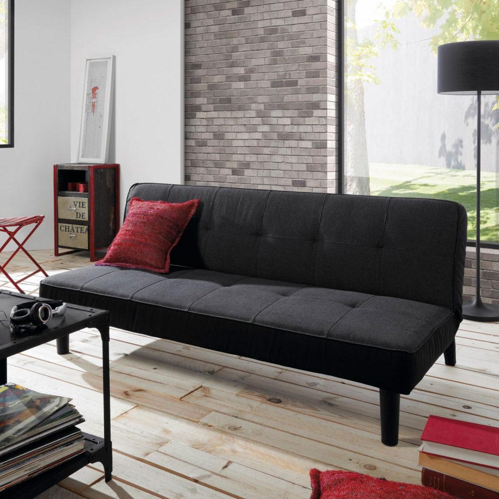 Canapé convertible, chaises, table basse et coussins