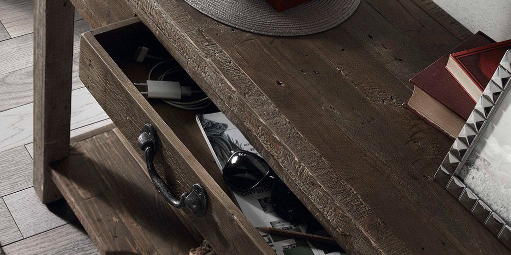 Meubles en bois usé au style vintage