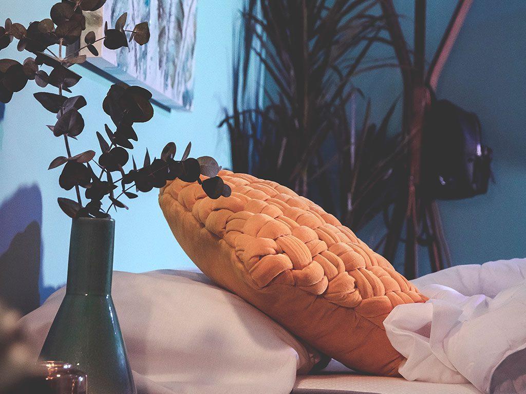 temporada-interiorismo-decoracion-cojin-velvet-cama-diseño