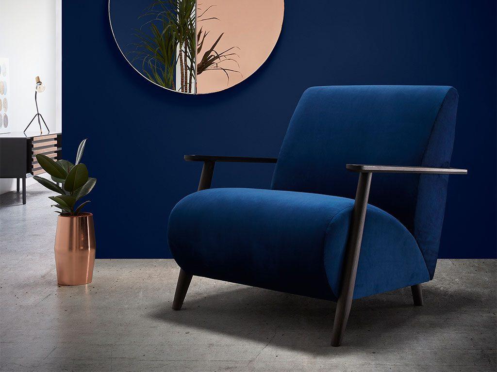 temporada-color-interiorismo-decoracion-azull-estilo-sillón-diseño-2-1024x767