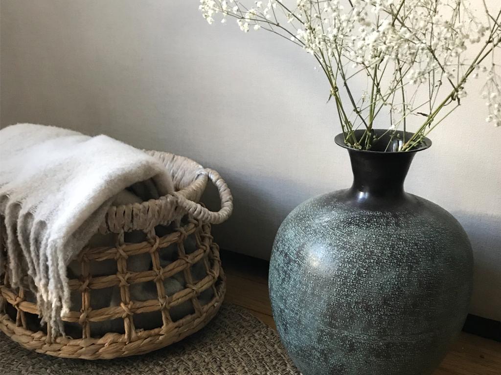 interior-natural-materials-sofa-plants-1