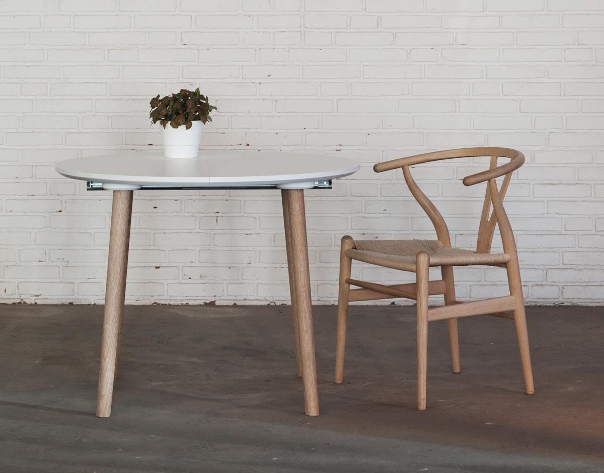 Rundt spisebord med udtræk og ekstra tillægsplader
