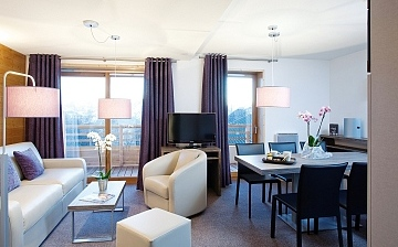 Wohnzimmer einer Ferienwohnung in der Residenz Alpenrose  in Alpe d'Huez Les Bergers, Frankreich.