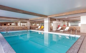Pool in der Residenz Sun Valley in La Plagne Soleil. Skiurlaub im Skigebiet Paradiski La Plagne