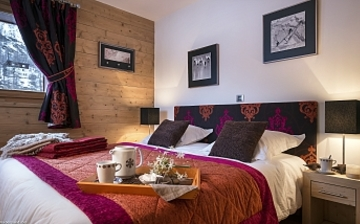 Beispiel Schlafzimmer, Ferienwohnungen Lodge des Neiges, direkt in Tignes 1800, im Skigebiet Espace Killy, dem gemeinsamen Skigebiet von Tignes und Val d'Isere. Ferienwohnungen inklusive Skipass. Skiurlaub in Frankreich. Skifahren in den französischen Alpen.