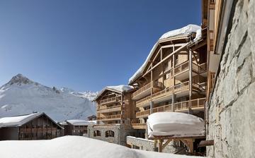 Außenansicht der Ski-Residenz Le Telemark in Tignes, direkt an der Piste • Skiurlaub in Frankreich • Skifahren in den französischen Alpen.