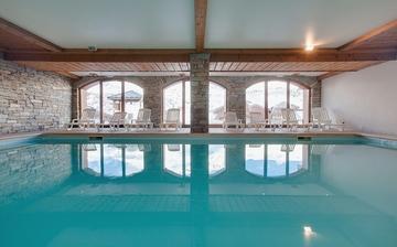 Skiurlaub Trois Vallees ∙ Das Schwimmbad Ihrer Residenz Les Chalets de l'Adonis in Les Menuires, im Skigebiet Les 3 Vallees (Trois Vallees), Frankreich - französische Alpen