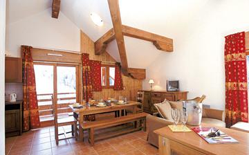 Alpe d'Huez ∙ Ferienwohnungen La Cascade – Les Epinettes ∙ Vaujany (1250 m) ∙ Wohn-/Esszimmer in einer Ferienwohnung