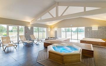 Spa: Ein Whirlpool in der Ferienhaus-Residenz Le Village de la Mer · Talmont-Saint-Hilaire / Les Sables d'Olonne, Atlantik, Frankeich.