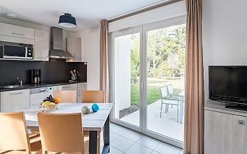 Küche & Essbereich, Terrasse in einem Ferienhaus der Residenz Le Village de la Mer · Talmont-Saint-Hilaire / Les Sables d'Olonne, Atlantik, Frankeich.