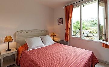 Schlafzimmer mit französischem Doppelbett in der Residenz Le Domaine de Bourgeac · Paradou · Provence-Alpes / Cote d'Azur, Südfrankreich.
