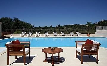 Pool der Residenz Le Domaine de Bourgeac · Paradou · Provence-Alpes / Cote d'Azur, Südfrankreich.