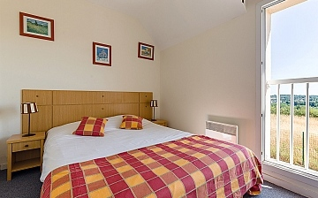 Schlafzimmer mit Doppelbett in einem Ferienhaus der Residenz Les Jardins Renaissance in Azay-Le-Rideau, Loire-Tal, Pays de la Loire, Frankreich