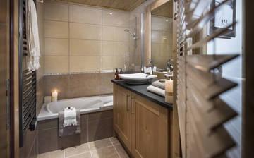 Ein Badezimmer in der Residenz Panorama Vars 2000 direkt in Vars - Les Claux, Frankreich.