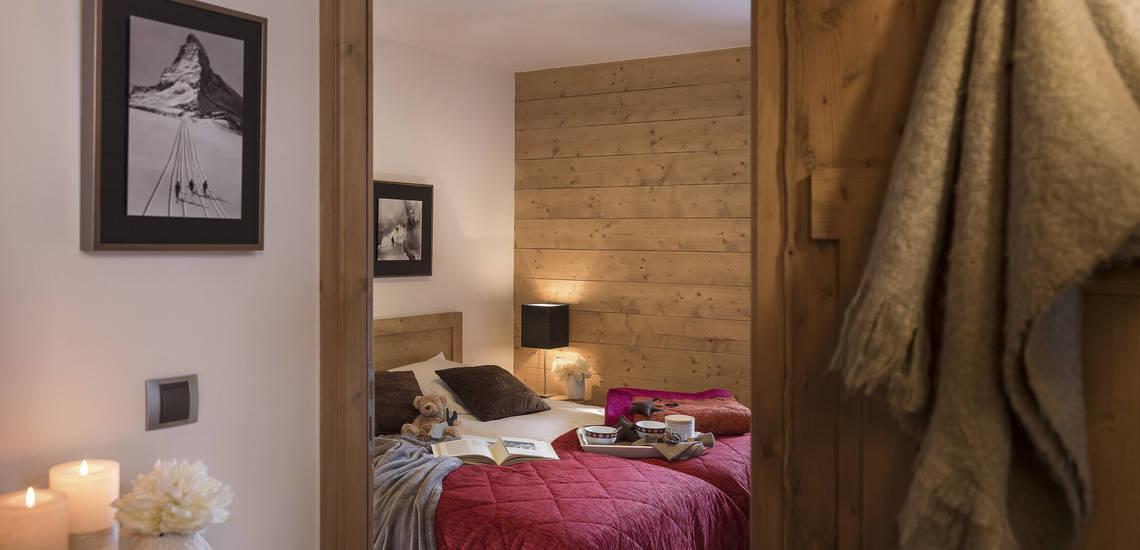 Schlafzimmer Beispiel. Ferienwohnungen Lodge des Neiges, direkt in Tignes 1800, im Skigebiet Espace Killy, dem gemeinsamen Skigebiet von Tignes und Val d'Isere. Ferienwohnungen inklusive Skipass. Skiurlaub in Frankreich. Skifahren in den französischen Alpen.