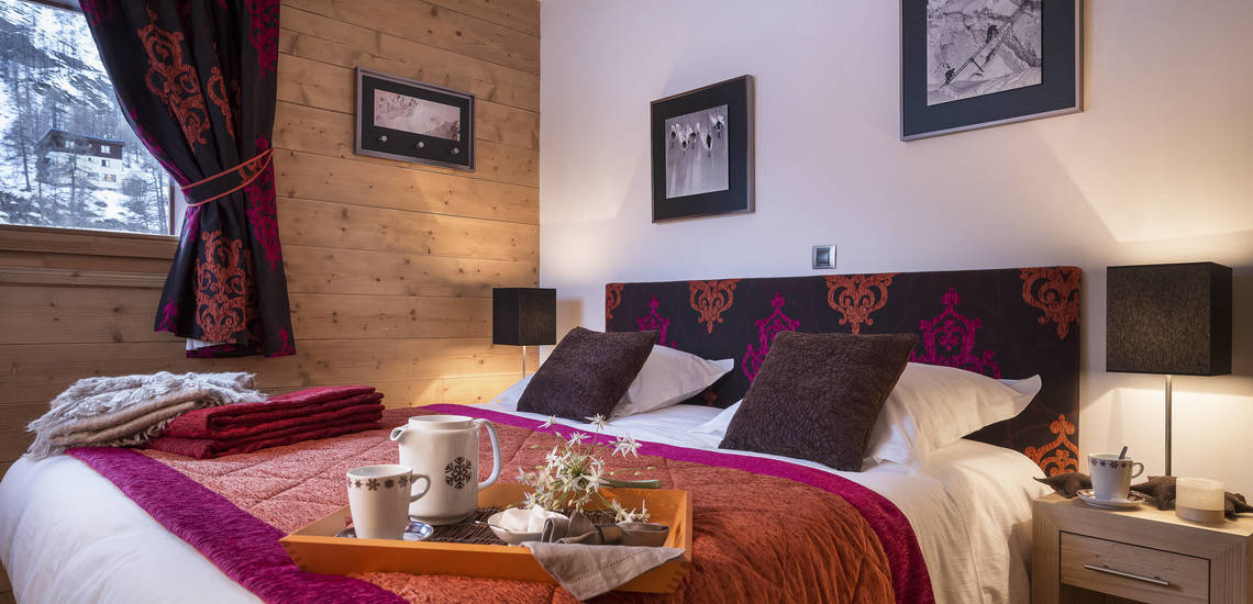 Doppelbett Beispiel. Ferienwohnungen Lodge des Neiges, direkt in Tignes 1800, im Skigebiet Espace Killy, dem gemeinsamen Skigebiet von Tignes und Val d'Isere. Ferienwohnungen inklusive Skipass. Skiurlaub in Frankreich. Skifahren in den französischen Alpen.