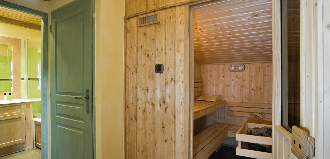 Sauna und Bad einer Ferienwohnung der Residenz Village Montana -   Les Airelles. Tignes, französische Alpen · Winterurlaub inklusive Skipass.