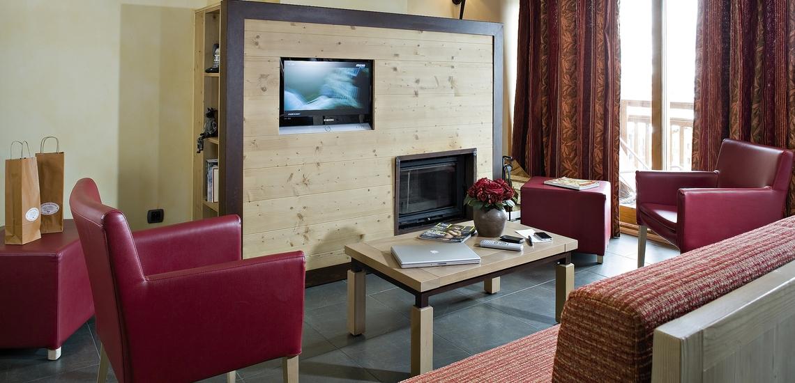 Wohnbereich in einer Ferienwohnung der Residenz Village Montana -   Les Airelles. Tignes. Winterurlaub in den französischen Alpen.