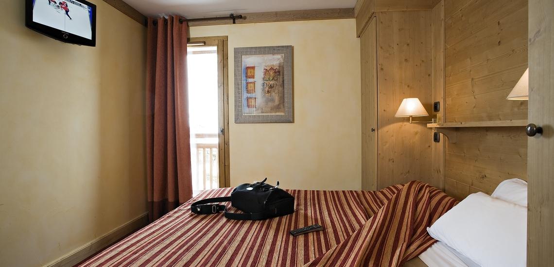 Schlafzimmer in einer Ferienwohnung der Residenz Village Montana -   Les Airelles. Tignes, französische Alpen · Skiurlaub in Frankreich.