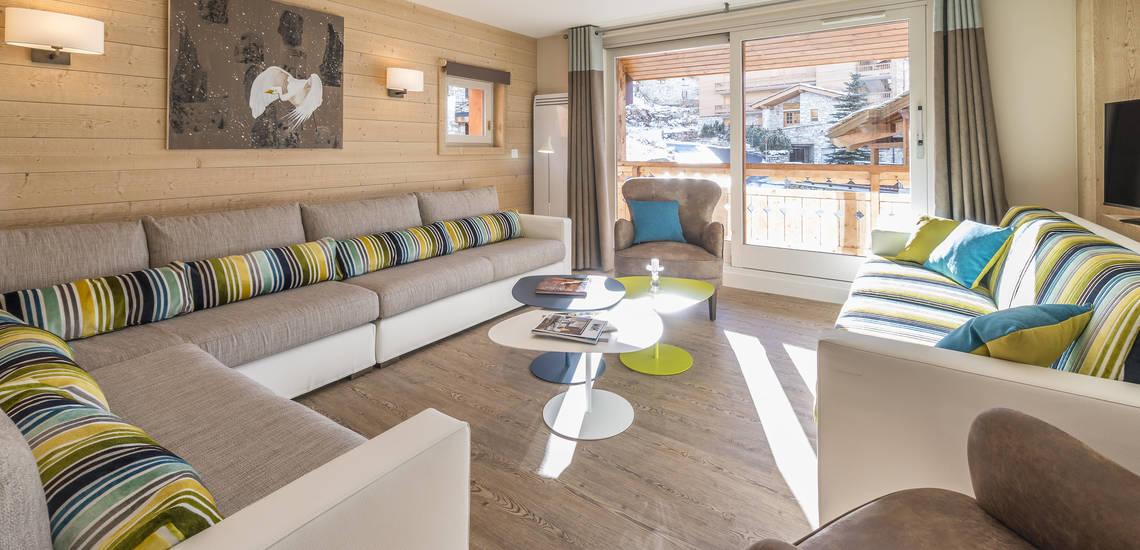 Wohnzimmer in einer Ferienwohnung der Residenz Les Chalets du Jardin Alpin in Val d'Isere
