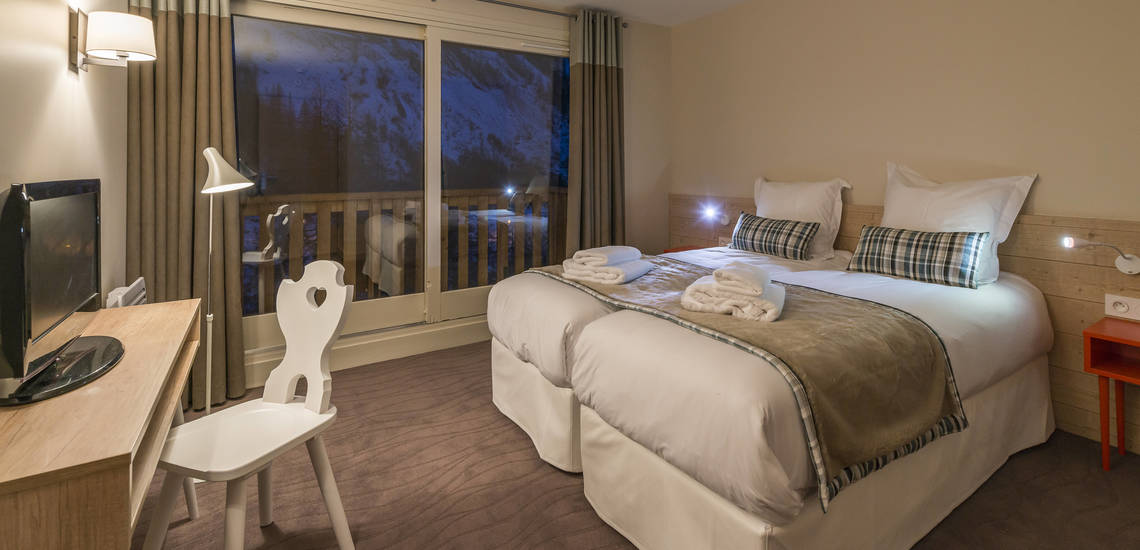 Schlafzimmer in einer Ferienwohnung der Residenz Les Chalets du Jardin Alpin in Val d'Isere