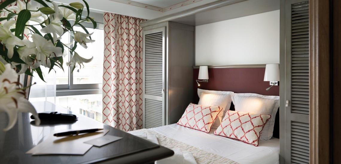 Schlafzimmer mit Doppelbett in der Residenz Villa Romana, direkt in Frejus Plage - Cote d'Azur