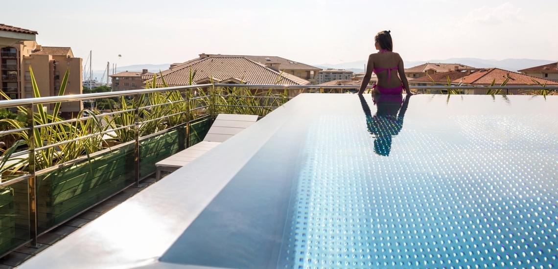 Pool mit Traum-Ausblick auf dem Dach Ihrer Ferienresidenz Villa Romana - Komfort direkt in Frejus Plage an der schönen Cote d'Azur, Südfrankreich