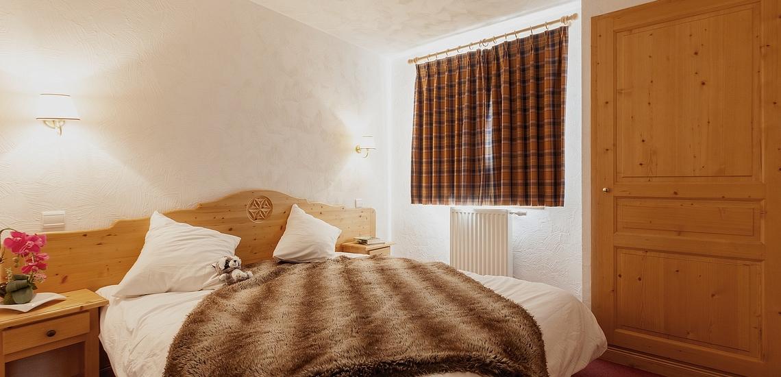 Schlafzimmer mit Doppelbett  ∙ Ferienwohnungen, Les Menuires, Trois Vallees ∙ Les Chalets de l'Adonis
