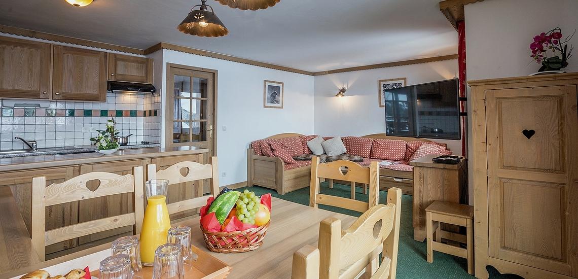 Essbereich und Küche einer Ferienwohnung in der Residenz Sun Valley ∙ La Plagne Soleil ∙ Paradiski La Plagne