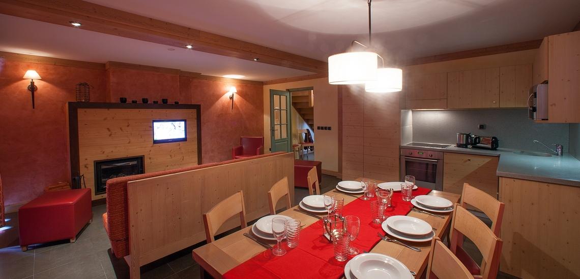 Essbereich, Wohnbereich und Küche einer Ferienwohnung der Residenz Village Montana -   Les Airelles. Tignes. Winterurlaub in den französischen Alpen.