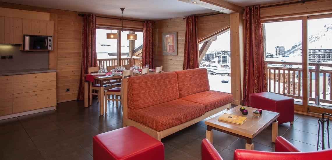 Wohn-, Essbereich und Küche in einer Ferienwohnung der Residenz Village Montana -   Les Airelles. Tignes.