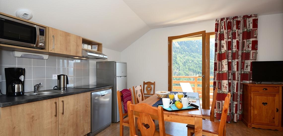 ESSPLATZ & KOCHNISCHE ∙ Le Crystal Blanc ∙ Vaujany ∙ Ferienwohnungen ∙ Skireisen / Skiurlaub im Skigebiet Alpe d'Huez, Frankreich.