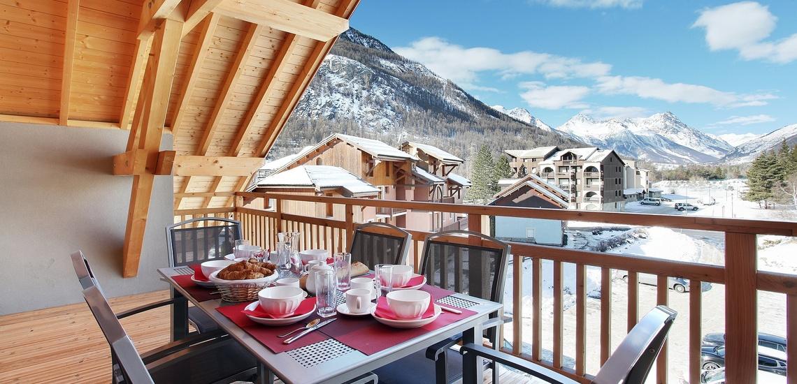 Skireisen und Winterurlaub der Superlative im Skigebiet Serre Chevalier. Skifahren in den französischen Alpen! Die Ferienwohnungen der Komfort-Unterkunft Residenz Aquisana in Villeneuve (1400 m). Balkon