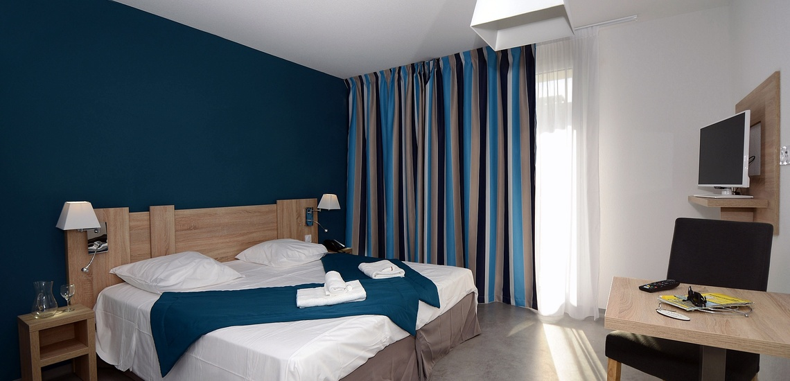 Ein Schlafzimmer der Residenz Nakara in Cap d'Agde, Südfrankreich