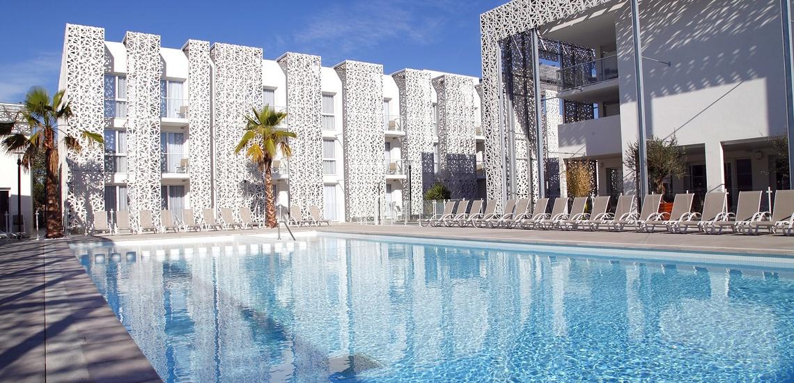 Außenpool der Ferienresidenz Nakara in Cap d'Agde. Sommerurlaub in Südfrankreich