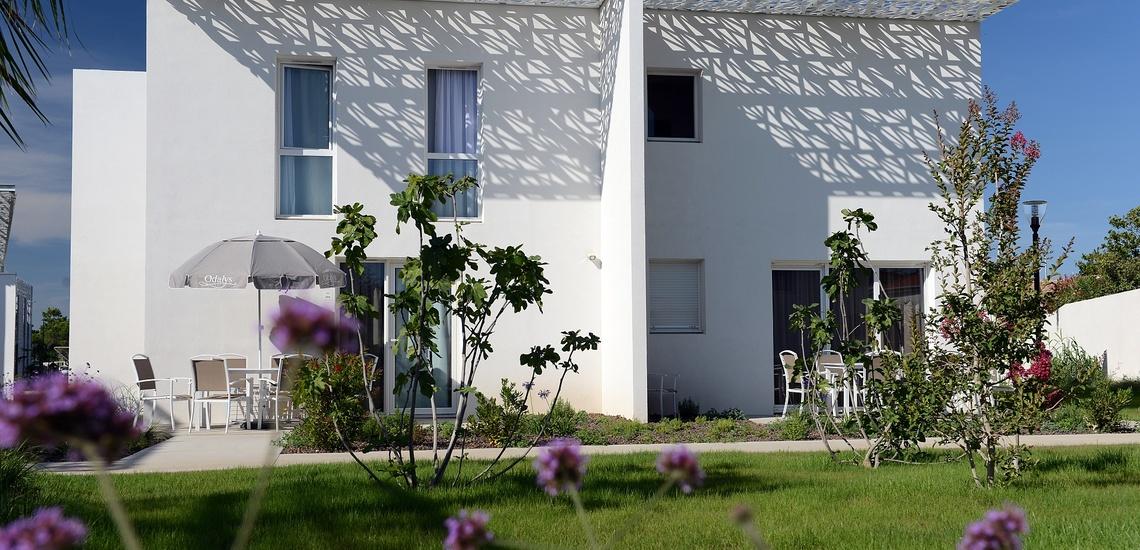 Ein Ferienhaus der Ferienresidenz Nakara in Cap d'Agde, Südfrankreich. Und das Meer in unmittelbarer Nähe.