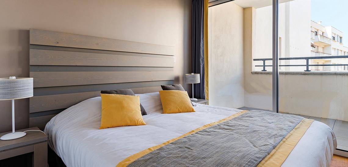 Biarritz · Ferienwohnungen · Les Patios Eugenie - Schlafzimmer mit französischem Doppelbett