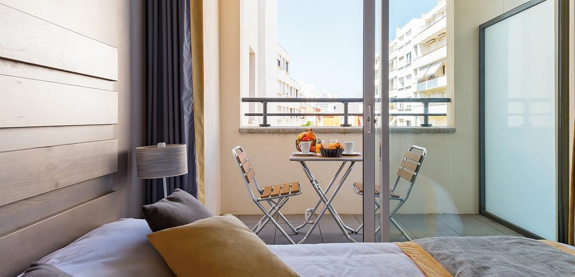 Biarritz · Ferienwohnungen · Les Patios Eugenie - Schlafzimmer mit Balkon