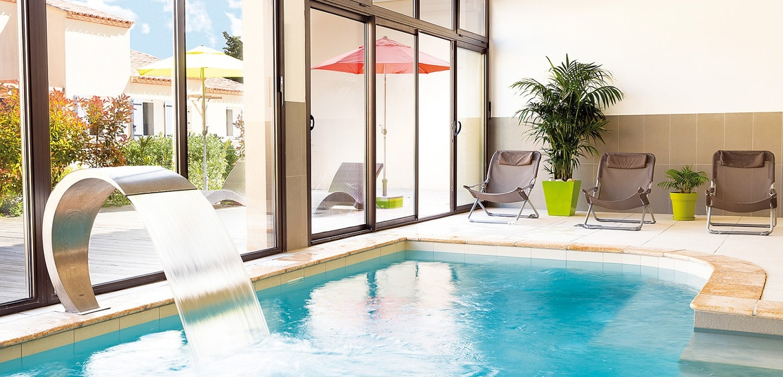 Ein Innenpool der Residenz L'Oustau de Sorgue ∙ Ferienhäuser in L'Isle sur la Sorgue ∙ Provence ∙ Südfrankreich