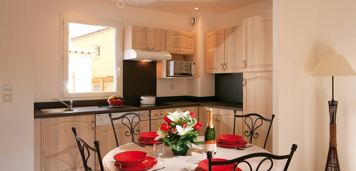 Küche mit Essplatz in einem Ferienhaus der Residenz L'Oustau de Sorgue ∙ Ferienhäuser in L'Isle sur la Sorgue ∙ Provence ∙ Südfrankreich