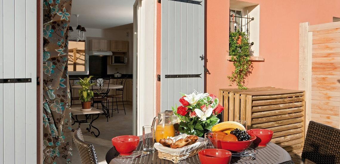 Terrasse eines Ferienhauses der Residenz L'Oustau de Sorgue ∙ Ferienhäuser in L'Isle sur la Sorgue ∙ Provence ∙ Südfrankreich