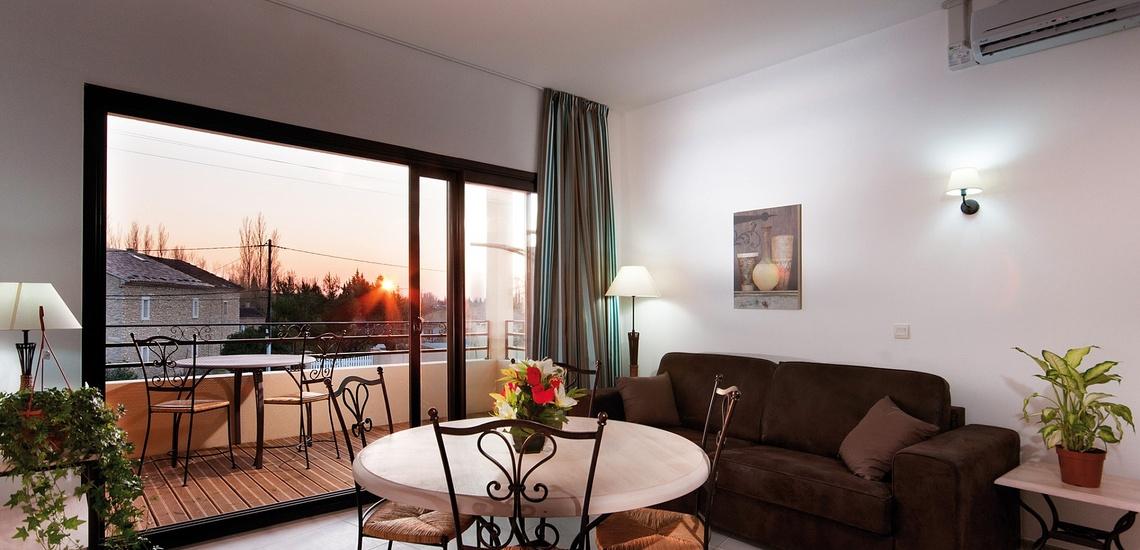 Wohn-/Esszimmer und Terrasse eines Ferienhauses der Residenz L'Oustau de Sorgue ∙ Ferienhäuser in L'Isle sur la Sorgue ∙ Provence ∙ Südfrankreich