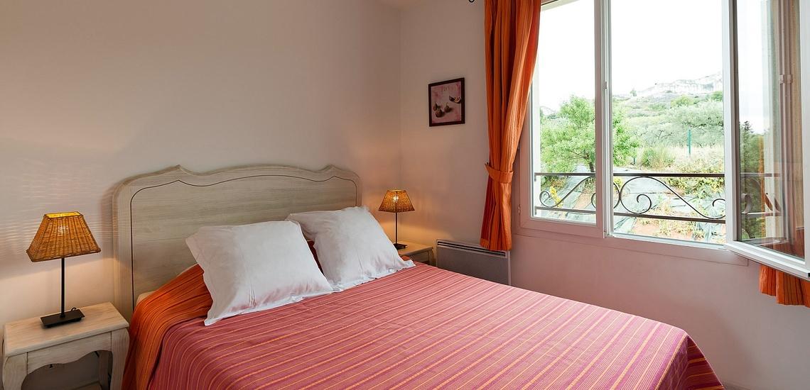 Schlafzimmer mit französischem Doppelbett, in einer Ferienwohnung der Residenz Le Domaine de Bourgeac · Paradou · Provence-Alpes / Cote d'Azur, Südfrankreich.