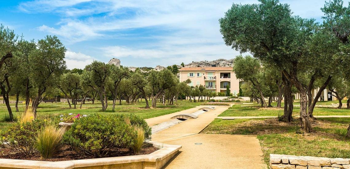 Parkanlage der Residenz Le Domaine de Bourgeac · Paradou · Provence-Alpes / Cote d'Azur, Südfrankreich.