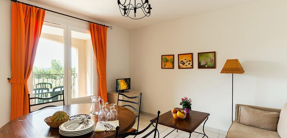 Wohn-/Essbereich einer Ferienwohnung der Residenz Le Domaine de Bourgeac · Paradou · Provence-Alpes / Cote d'Azur, Südfrankreich.